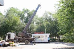 Cidade Yasny, RÚSSIA, 11 16 2009 Transporte do pavilhão de comércio editorial foto de stock