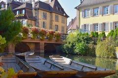 Cidades bonitas de França - Colmar, com o colorido metade-suportado imagem de stock