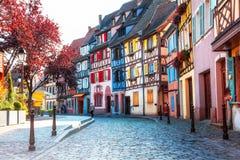 Cidades bonitas de França - Colmar, com o colorido metade-suportado Fotografia de Stock Royalty Free