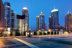 Cidades dos arranha-céus na noite Fotografia de Stock