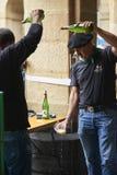 Cidra de derramamento da empregada de mesa em um evento tradicional em San Sebastian Imagem de Stock