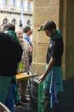 Cidra de derramamento da empregada de mesa em um evento tradicional em San Sebastian Fotografia de Stock Royalty Free