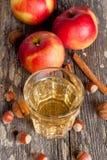 Cidre d'Apple ou jus dans un verre, plan rapproché Images libres de droits