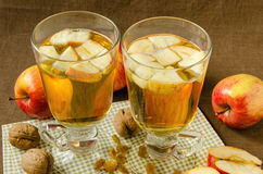 Cidre de pomme chaud avec des pommes et des tranches dans des tasses Photo stock