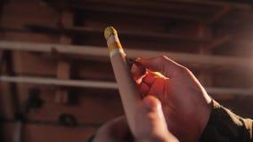 Cieśla produkuje ocechowanie ołówek na drewnianym produkcie zbiory