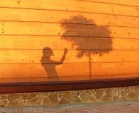 Cień dziewczyna na drewnianej ścianie Zdjęcia Royalty Free