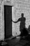 Cień mężczyzna otwarcia drzwi przy Lubenice B&W zdjęcia royalty free