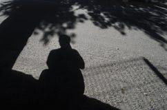 Cień mężczyzna trzyma kamerę, autoportret turystyczny fotograf obrazy royalty free