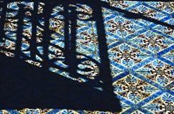 Cień na śmiały złocie i błękitnym taflował fasadę w Lisbon, PORTUGALIA - Zdjęcie Stock