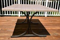 Cień pykniczny stół na pokładzie Zdjęcia Royalty Free