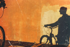 Cień Unrecognizable Męski cyklista Na Kolorowym Ściennym Dziennym Rutynowym stylu życia Obrazy Royalty Free