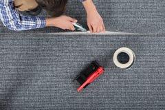 Cieśla Kłaść dywan obrazy stock