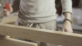 Cieśla lakieruje powierzchnię drewniana deska farba rolownikiem Proces traktowanie zbiory wideo