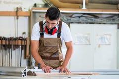 Cieśla lub gabinetowy producent w jego drewnianym warsztacie fotografia royalty free