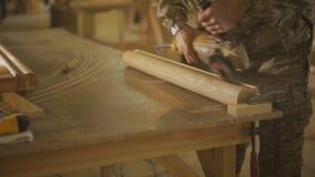 Cieśla lub Joiner polerujemy drewnianą część meble z sander przydatną maszyną zbiory wideo