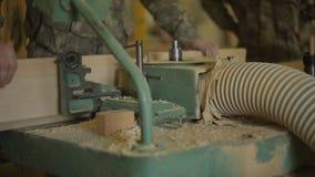 Cieśla lub Joiner ustawiamy drewnianą deskę na starej maszynie dla musztrować wokoło dziury, meblarski warsztat zbiory wideo