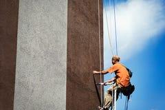 Cieśla maluje wysokiego budynku szerokiego ściennego obwieszenie Obraz Stock