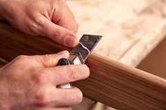 Cieśla praca z drewnianym fotografia stock