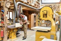 Cieśla pracuje w joinery - warsztat dla woodworking i sawi fotografia royalty free