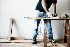 Cieśla pracuje z drewnem zdjęcia royalty free
