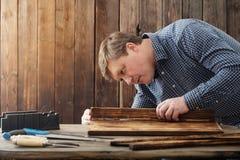 Cieśla pracuje z narzędziami na drewnianym tle obraz royalty free