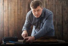 Cieśla pracuje z narzędziami na drewnianym tle zdjęcia stock