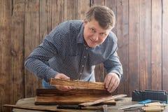 Cieśla pracuje z narzędziami na drewnianym tle zdjęcie royalty free