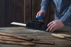 Cieśla pracuje z narzędziami na drewnianym tle obrazy royalty free
