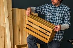 Cieśla robi drewnianej skrzynce w małego biznesu woodwork warsztacie fotografia royalty free