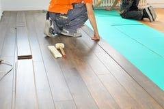 Cieśla robi laminat podłogowej pracie obrazy royalty free