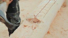Cieśla rzeźbi półkole w beli Kanadyjski kąta kamieniarstwo Kanadyjczyka styl Drewniany dom robić bele zbiory