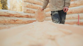 Cieśla sprawdza jego pracy beli przerób round sztabką Kanadyjski kąta kamieniarstwo Kanadyjczyka styl Drewniany dom robić zdjęcie wideo
