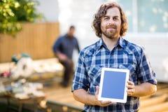 Cieśla Wystawia pastylka komputer Z Coworker zdjęcia royalty free