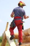 Cieśla z hełmem i ochronnym wyposażeniem pracować bezpiecznie dalej Obrazy Royalty Free