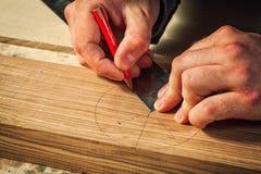 Cieśla zaznacza drewnianego zdjęcie royalty free