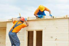 Cieśle przy drewnianą dachową pracą Zdjęcia Royalty Free