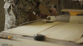 Cieśli Joiner splis forniru lampasy z ręczną maszyną dla kleić fornir w meblarskim warsztacie zbiory