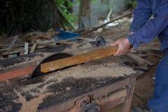 Cieśli narzędzia na drewnianym stole z trocinowy Kółkowym Zobaczyli karp Obrazy Royalty Free