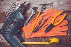 Cieśli narzędzia na twarde drzewo stole Fotografia Stock
