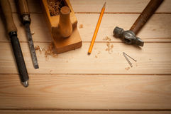 Cieśli narzędzia w sosnowego drewna stole Fotografia Royalty Free