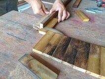 Cieśli pracujący Drewniany krajacz zdjęcia stock