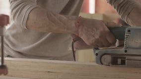 Cieśli procesu ostrożna powierzchnia drewniana deska pasowym sander zbiory wideo