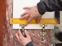 cieśli urzeczywistnienia beli szorstka śladów praca Pomiarowi drzwiowi zawiasy na drewnianym drzwi z władcą obrazy stock