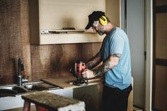 Cieśli woodworker pracuje dla domowego odświeżania fotografia royalty free