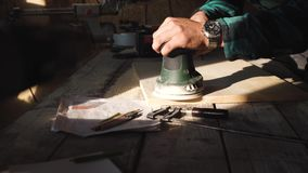 Cieśli zgrzytnięcia drewniana deska w jego warsztacie zdjęcie wideo