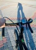 Cień cyklista na drodze Obrazy Royalty Free