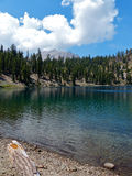 Cień jeziora, Lassen Powulkaniczny park narodowy Fotografia Royalty Free