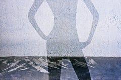 Cień kobieta na betonowym tle Zdjęcia Royalty Free