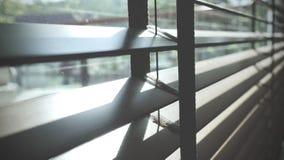 Ciechi, anche la luce del sole fuori dei ciechi di finestra, sole ed ombra sui ciechi di finestra, interno decorativo nella casa fotografia stock