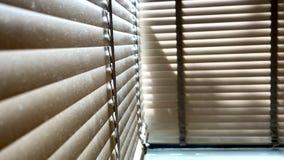 Ciechi, anche la luce del sole fuori dei ciechi di finestra, sole ed ombra sui ciechi di finestra, interno decorativo nella casa immagini stock libere da diritti